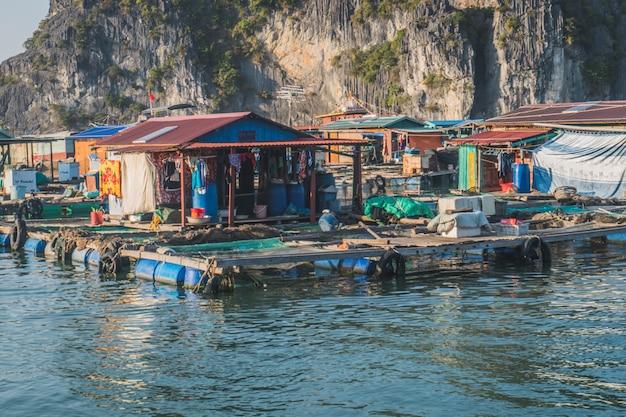 ハロン湾の水上漁村