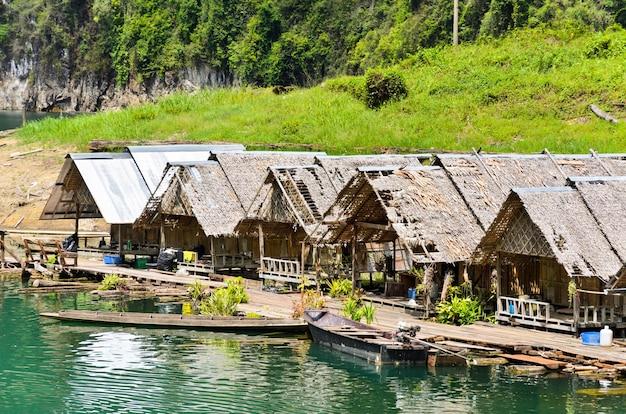 Плавучий дом лесного персонала, пристань для моторных плотов на плотине ратчапрафа в национальном парке као сок, сураттани, таиланд