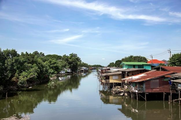 Плавучий дом на берегу реки в таиланде - экзотическая жилая деревня возле реки, незаконная