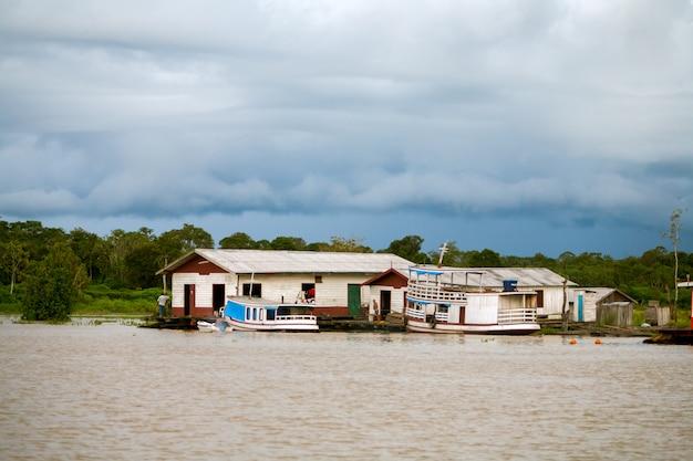 Плавучие дома в реке амазонка - манаус - бразилия