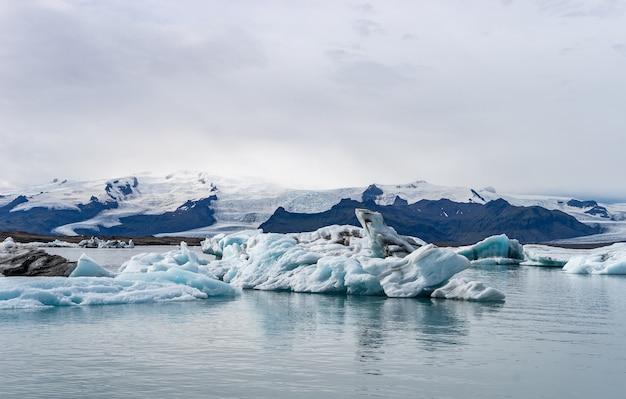 Плавучие айсберги в ледниковой лагуне йокулсарлон, исландия