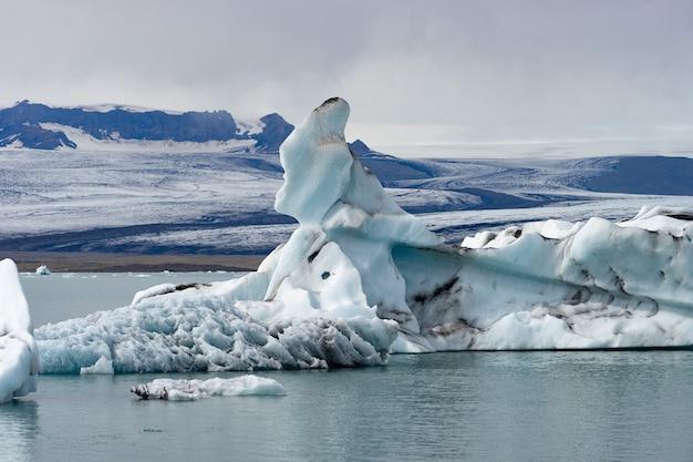 Плавучие айсберги в ледниковой лагуне йокулсарлон, исландия.