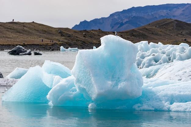 アイスランドのヨークルスアゥルロゥン氷河ラグーンに浮かぶ氷山。