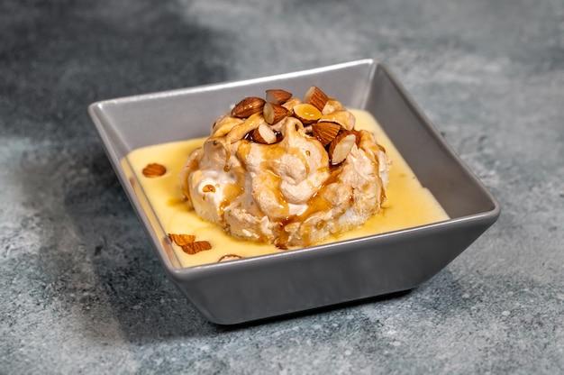 バニラカスタードに浮かぶメレンゲのフローティングアイランドデザート