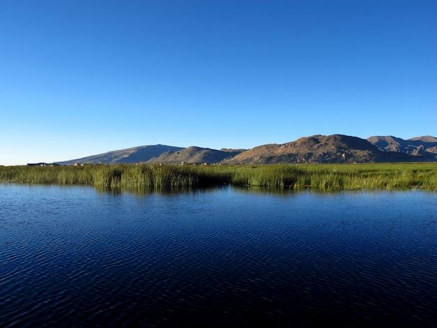 アンデス、ペルー、ボリビアのチチカカ湖の浮島ウロス