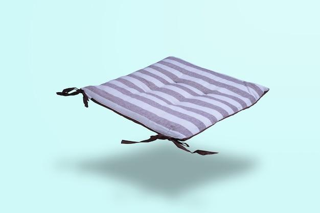 Плавающее длинное сиденье на элегантном пастельно-зеленом фоне абстрактное расположение для дизайна и пространства для