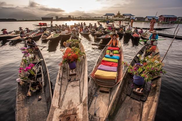 ミャンマーシャン州インレー湖の朝の水上マーケット