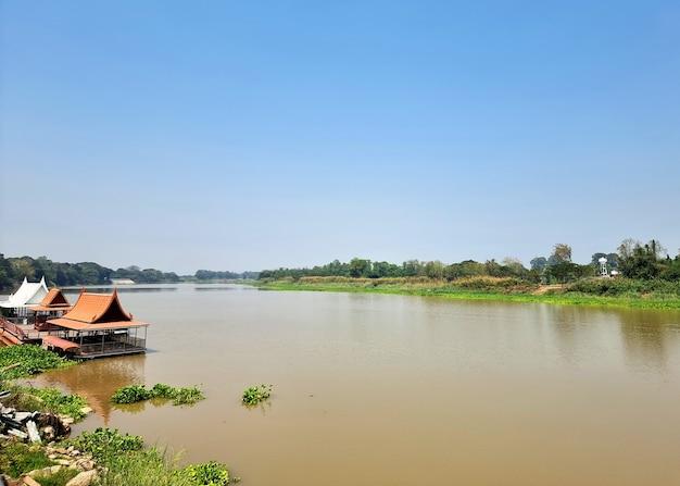 태국 tha chin 강에 떠있는 수상 철주 레스토랑
