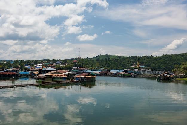 人々が旅行するために借りる浮き筏の家月木造橋