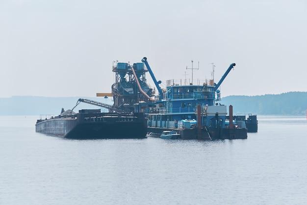 떠 다니는 모래 광산 공장 - 준설선 및 분리기 - 강에서 작업
