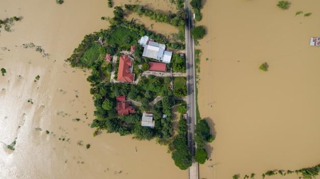 Flood水田と村の空中のトップビュー