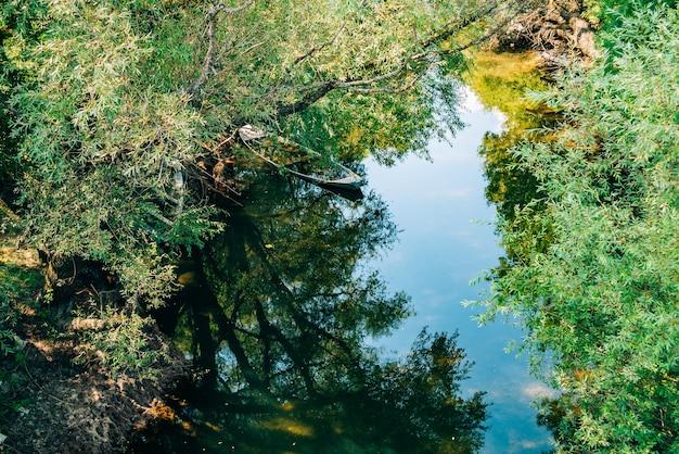 Затопленная лодка в устье реки