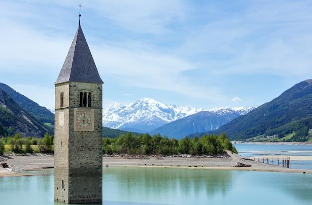 Затопленная (в 1950 г.) колокольня в решензее и семья (италия, здание церкви в 14 веке)