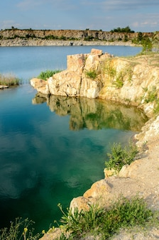 Затопленный промышленный гранитный карьер с водопадами
