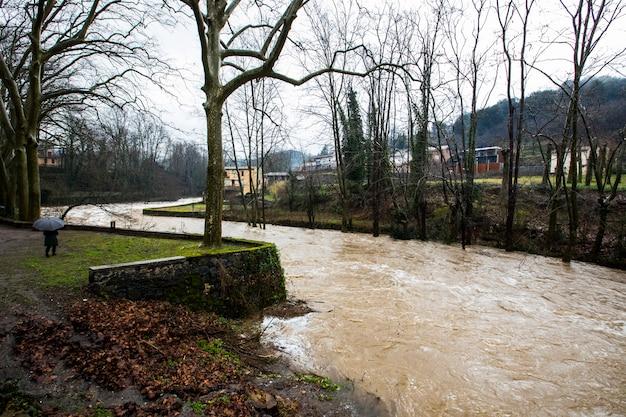 スペイン、ジローナ、ラガロッチャのオロト町の洪水。 2020年1月。