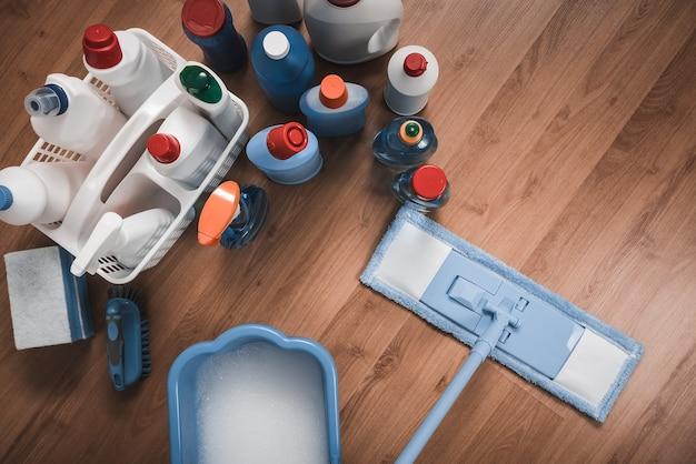 Швабра для мытья полов и чистящие средства.