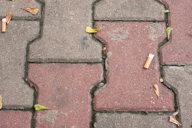 흡연 잔해가있는 바닥 복도.