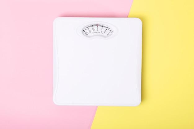 Напольные весы на цветном фоне вид сверху