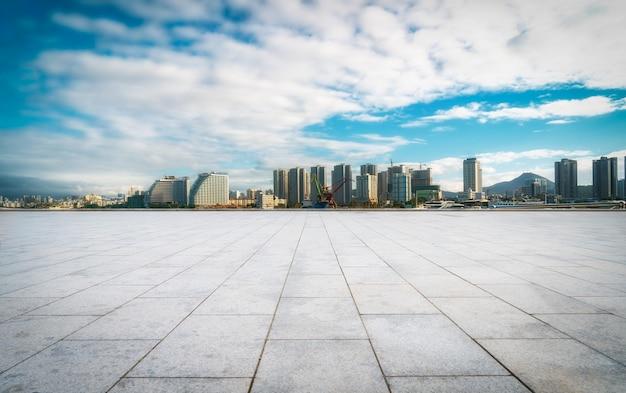 床タイル展望台と都市の建物