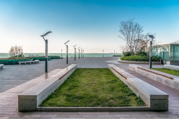 Напольная плитка и морской пейзаж городской площади