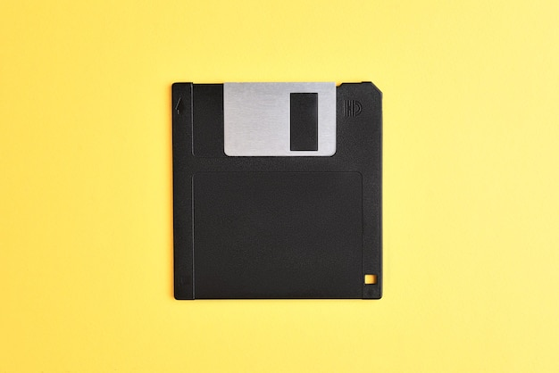 Дискета на желтом фоне. ретро компьютерная дискета