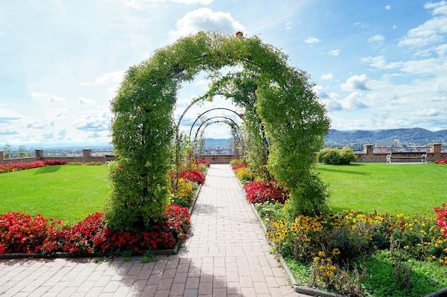 Цветочная арка в красивом саду