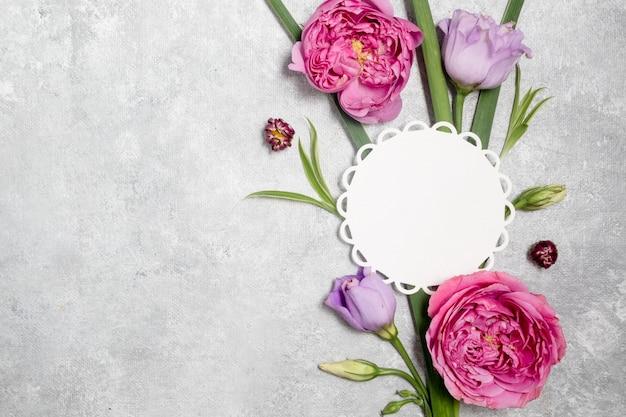 Цветочная композиция и пустая карточка на белом фоне. день матери и концепция международного женского дня.