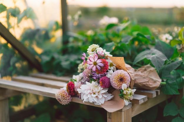 フラワーアレンジメント。花と植物学。