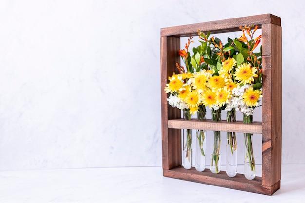 Цветочная композиция в деревянной коробке