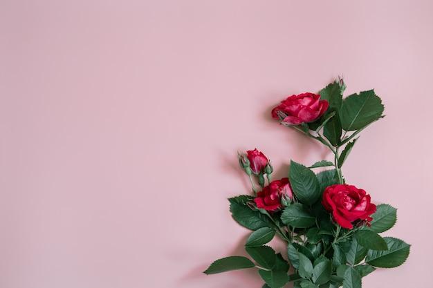 신선한 빨간 장미 꽃다발이 있는 꽃꽂이는 공간을 복사합니다.