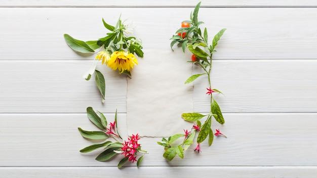 Composizione floreale con carta di carta Foto Gratuite