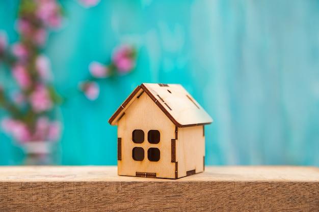 テキストと木造住宅の花の背景。
