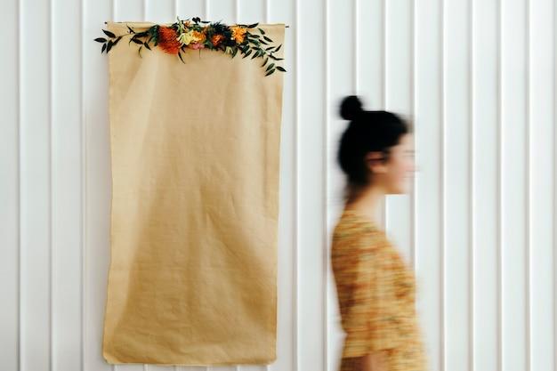 Цветочный чистый лист бумаги плакат на белой стене