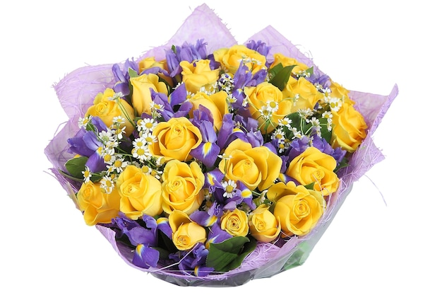 Цветочный букет из желтых роз и фиолетовых орхидей на белом фоне.