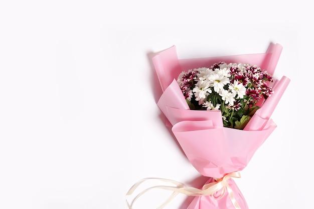 복사 공간, 인사말 카드와 흰색 배경에 꽃 꽃다발
