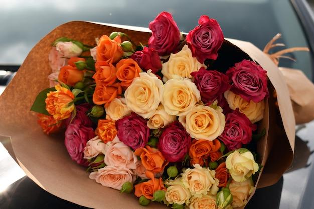 차에 꽃 꽃다발