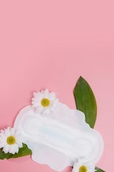 꽃 깨끗한 생리대, 위생 개념, 여성 제품, 생리대.