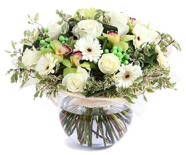 유리, 투명 꽃병에 꽃 조성 흰 장미, 난초, 흰색 gerbera 데이지, 녹색 완두콩. 흰색 배경에 고립.