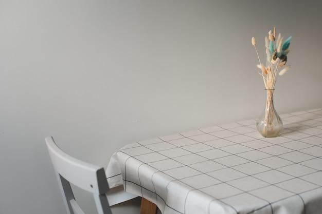 식탁보와 함께 테이블에 꽃 구성