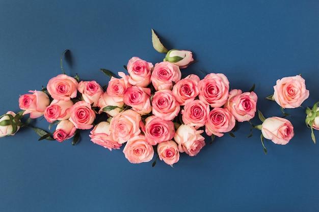 블루에 핑크 장미 꽃 봉 오리와 꽃 조성