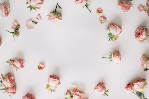 Цветочная композиция с розами на белом фоне вид сверху с копией пространства