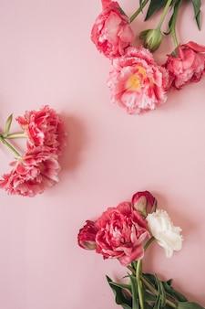 분홍색에 분홍색과 흰색 모란 꽃의 둥근 프레임 꽃 조성
