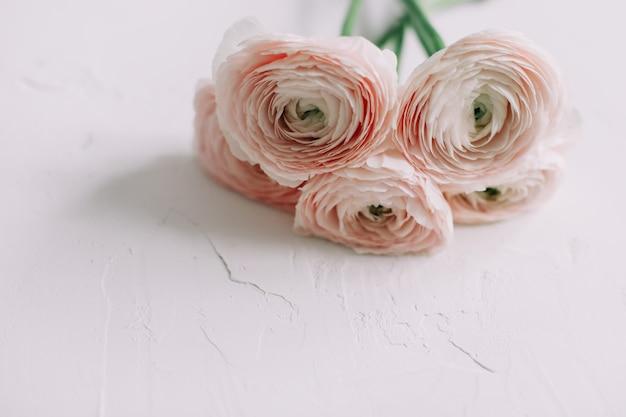 Цветочная декоративная поверхность с розовыми лютиками