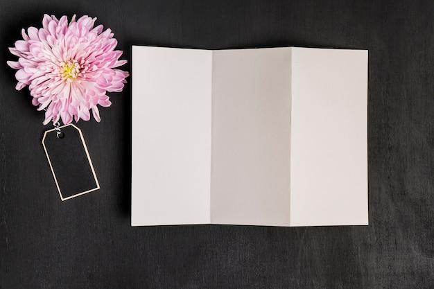 Цветочный декор с листом бумаги