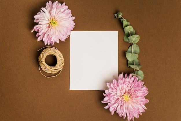 Цветочный декор с листами бумаги и веревкой