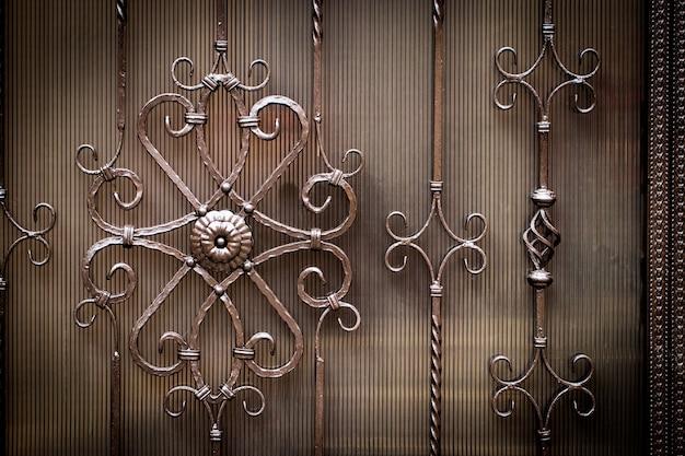 金属製の鍛造の花柄の装飾模様。