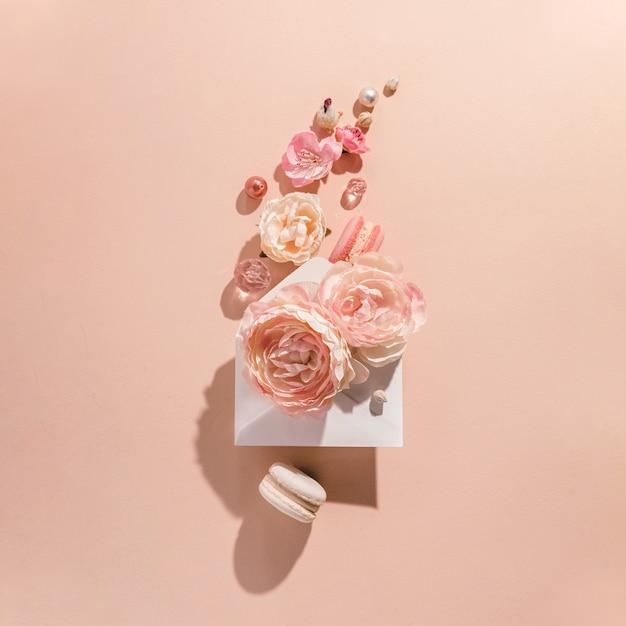 꽃 폭발, 복숭아 배경에 봉투에서 모션 꽃. 음소거 흑백, 유행 개념.