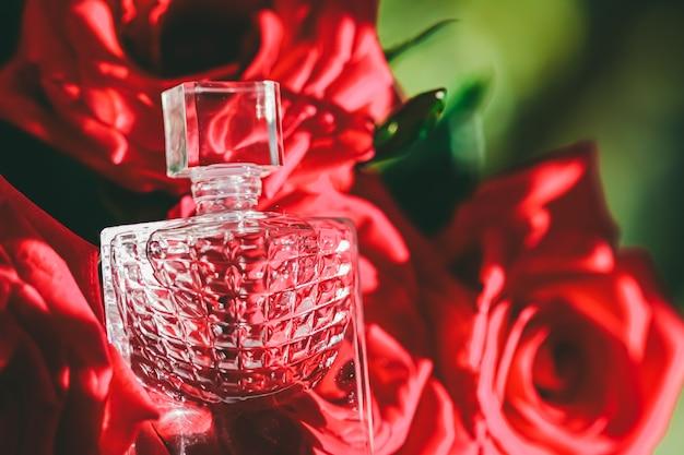 高級ギフト美容フラットレイ背景と化粧品広告としての花の香りと花の香水