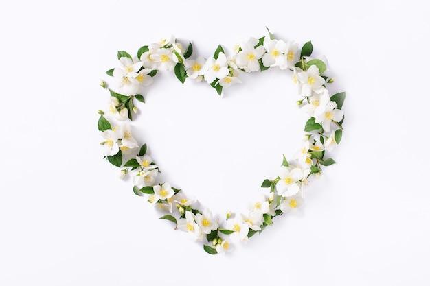Цветочная рамка. цветочное сердце на белом фоне.