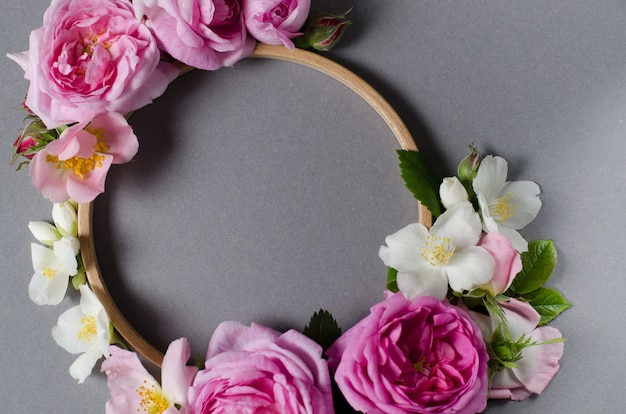 Floral frame. rose flowers on a grey background. flat lay